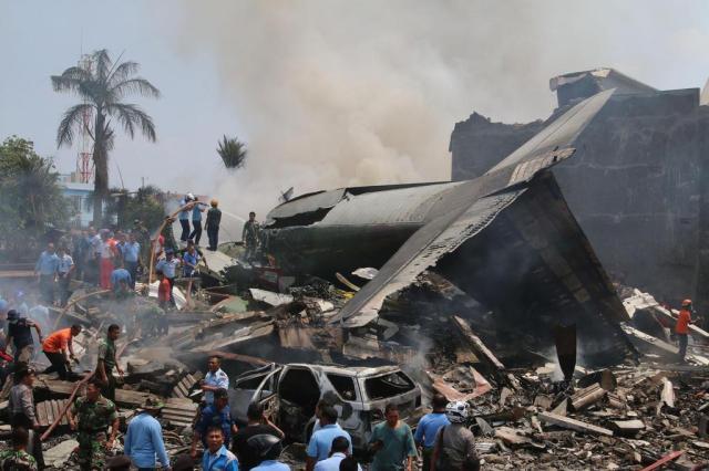 Avião militar cai em área residencial na Indonésia e deixa dezenas de mortos Kharisma Tarigan/AFP