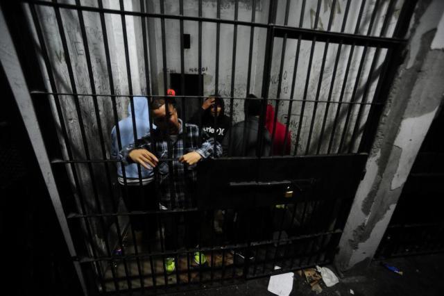 Superlotação no Presídio Central mantém mais de 20 detentos em delegacias Ronaldo Bernardi/Agencia RBS