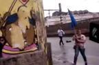 PM ameaça manifestantes com arma depois de furar bloqueio em protesto YouTube/Reprodução