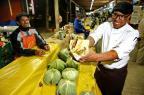 Voluntários distribuem comida de food truck para moradores de rua Adriana Franciosi/Agencia RBS