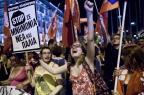 """Gregos decidem pelo """"não"""" em plebiscito e lotam praça em frente ao parlamento (Angelos Tzortzinis/AFP)"""