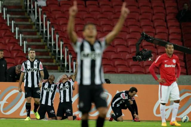 Com um a menos, Inter sofre e perde por 3 a 1 para o Atlético-MG em casa Lauro Alves/Agencia RBS