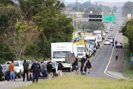 Protesto bloqueia rodovias federais por uma hora em Pantano Grande (Ronaldo Bernardi/Agencia RBS)
