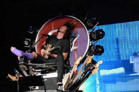 """Dave Grohl faz show com perna engessada e sentado em trono de """"Game of Thrones"""" (Facebook/Foo Fighters/Reprodução)"""