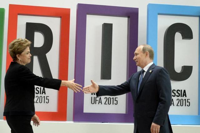 """Brasil e Rússia estão na """"lanterna"""" do crescimento econômico em 2016 ALEXANDER NEMENOV/AFP"""