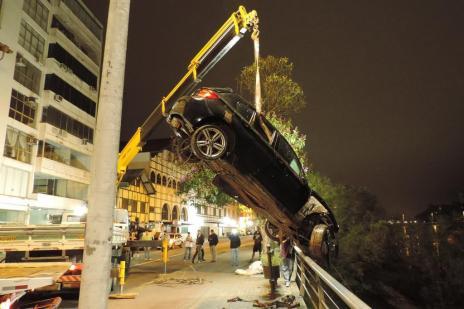 BMW que caiu na Beira-Rio é retirada do rio Itajaí-Açu em Blumenau (Jaime Batista da Silva/Especial)