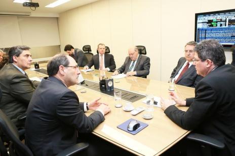 Sartori e Colombo fazem pedidos ao ministro Joaquim Levy (Luiz Chaves/Palácio Piratini/Divulgação)