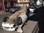 Carro capota no centro de Santa Maria (Ronald Mendes/Agência RBS)