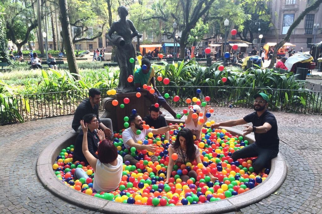 Artista Sandro Ka cria piscina de bolinhas coloridas na Praça da Alfândega Mateus Bruxel/Mateus Bruxel
