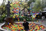 Artista Sandro Ka cria piscina de bolinhas coloridas na Praça da Alfândega