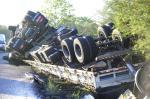 Caminhão capota e bloqueia uma faixa da BR-386 em Montenegro