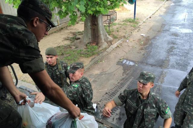 Exército reforça socorro aos atingidos pelas cheias nas ilhas de Porto Alegre Adriana Irion/Agência RBS