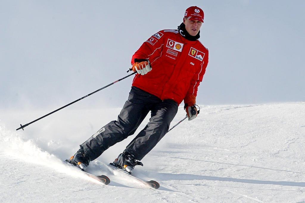 Durante recuperação lenta, Schumacher já é levado ao jardim de sua mansão AFP PHOTO/ Vincenzo PINTO/AFP