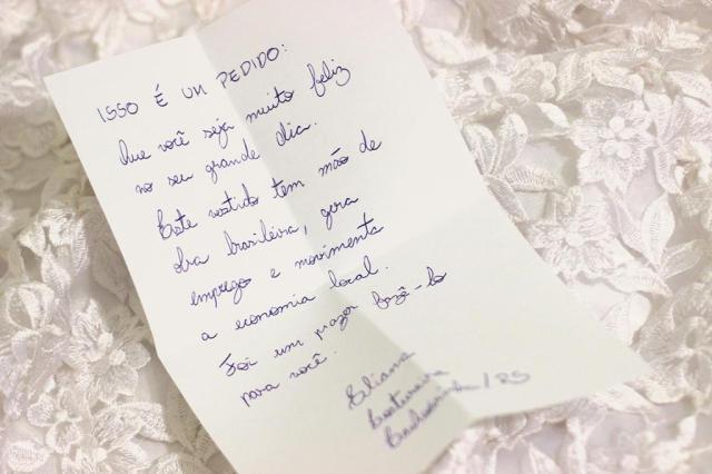 Empresa envia junto a vestidos de noiva bilhetes escritos por costureiras com palavras de carinho O Amor é Simples/Divulgação