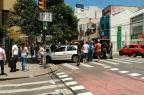 Homem bate em placa de sinalização e abandona o carro na Cidade Baixa, em Porto Alegre Cáren Baldo/Diário Gaúcho