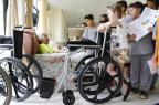 Menina que juntava lacres de latinhas entrega cadeiras de rodas para idosos em asilo Adriana Franciosi/Agencia RBS