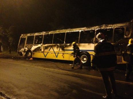 Ônibus e lotação são incendiados na Zona Sul de Porto Alegre (Marina Pagno/Rádio Gaúcha/Agência RBS)