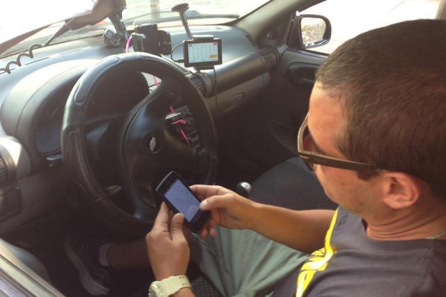 Como o bloqueio do WhatsApp impactou a rotina de taxistas e policiais Jaqueline Sordi/Agência RBS