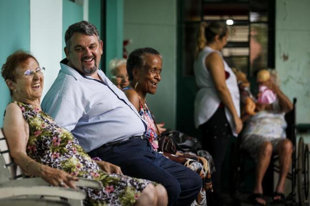 Conheça a história do empresário, ex-morador de rua, que ajuda crianças e idosos Mateus Bruxel/Agencia RBS