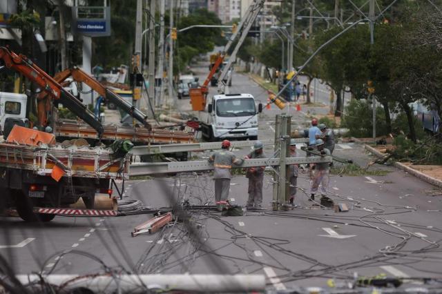 Clientes sem luz e ruas bloqueadas: os estragos do temporal em Porto Alegre André Avila/Agencia RBS