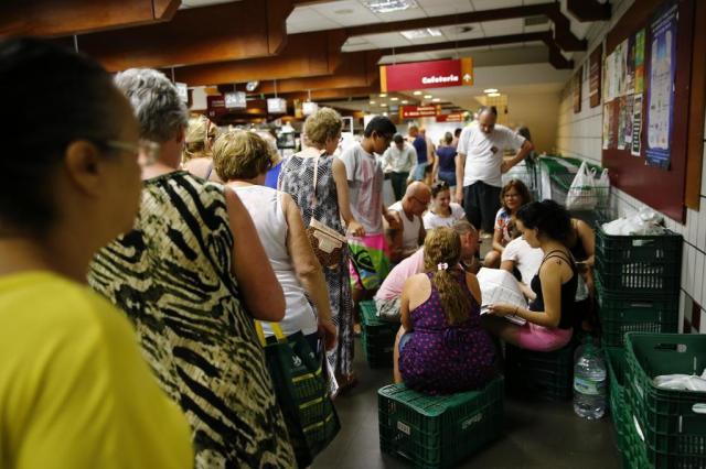 Sem luz em casa, moradores buscam tomadas em supermercado para recarregar celulares na Capital Félix Zucco/Agencia RBS