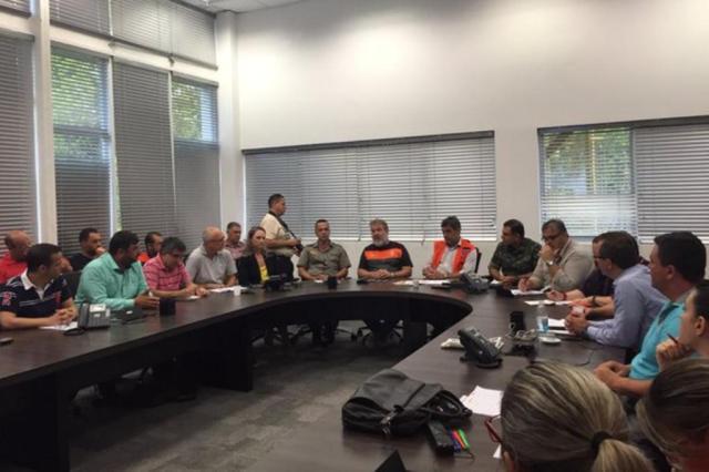 Prefeitura organiza mutirão com militares do Exército após temporal Prefeitura de Porto Alegre/Divulgação