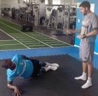 Após susto, Lincoln trabalha na academia do CT Luiz Carvalho (Grêmio / Divulgação/Divulgação)