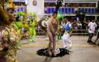 Modelo tira a roupa no meio do desfile e é expulsa por escola de samba AgNews / AgNews/AgNews