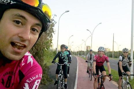 """Ciclistas fazem """"selfie"""" com Dilma na orla do Guaíba, e presidente reclama da ciclovia de Porto Alegre  (Eduardo Macedo/Arquivo Pessoal)"""