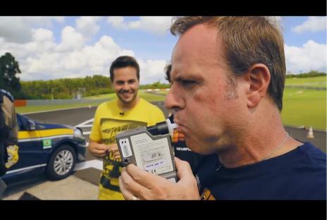 Em vídeo, Rubinho Barrichello dá lição dos riscos de dirigir sob efeito do álcool (Reprodução/Youtube)