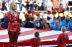 Lady Gaga canta hino dos EUA na abertura de Super Bowl TIMOTHY A. CLARY/AFP