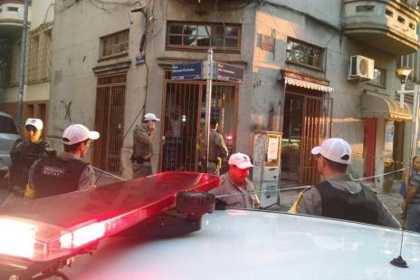 Dois homens são mortos com pelo menos 50 tiros em lancheria no centro de Porto Alegre (André Ávila/Agencia RBS)