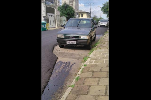 Por causa de carro estacionado, recapeamento de asfalto contorna o veículo em Caxias Marlene Toniazzo Zawadzki?/ Divulgação/