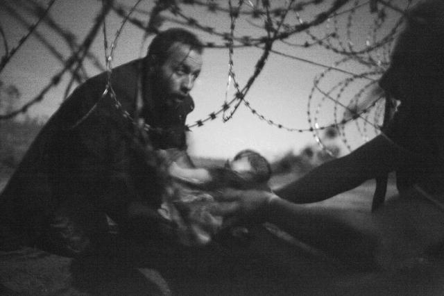 Foto de bebê migrante é escolhida como imagem do ano Warren Richardson/World Press