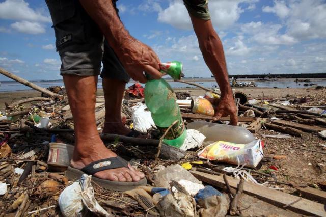 Morador de Porto Alegre faz mutirão para recolhimento de lixo às margens do Guaíba Tadeu Vilani/Agencia RBS