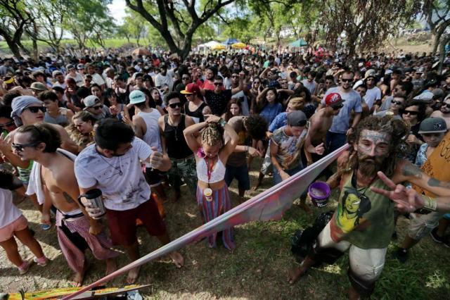 Jovens fazem festa e manifestação no parque Marinha do Brasil Lauro Alves/Agencia RBS
