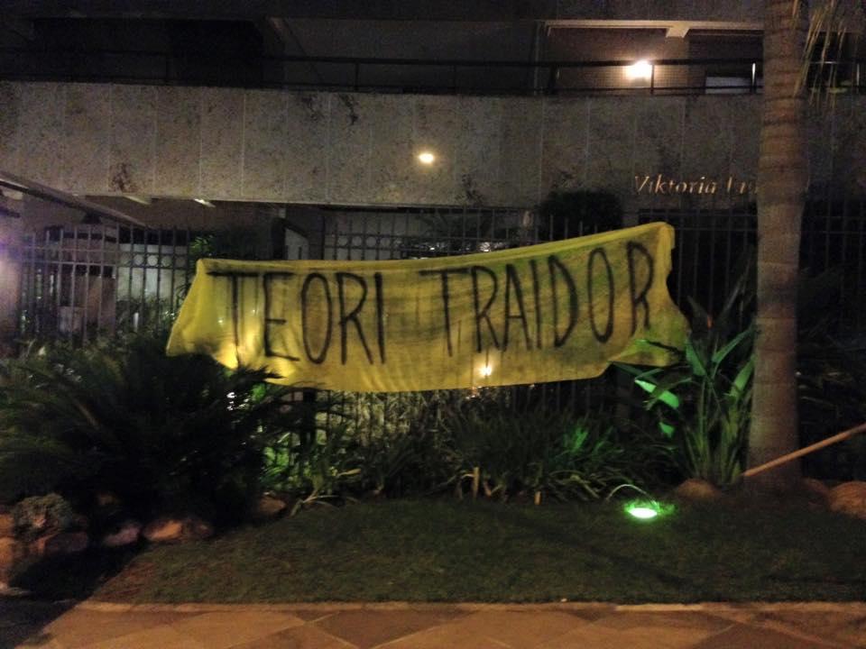Manifestantes fazem protesto em frente a apartamento de Teori Zavascki em Porto Alegre La Banda Loka Liberal / Reprodução Facebook/Reprodução Facebook