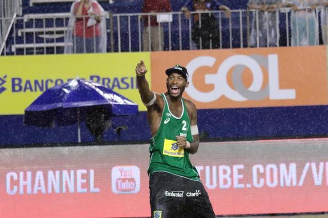 """Com """"jeitão de NBA"""", Evandro sonha com medalha do vôlei de praia na estreia em Olimpíadas  Confederação Brasileira de Voleibol/Divulgação"""