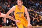 VÍDEO:Huertas se esconde atrás de técnico e rouba bola de rival em jogo dos Lakers Andrew D. Bernstein/AFP