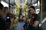 Quarteto de Cordas faz intervenção artística surpresa dentro dos ônibus em SP