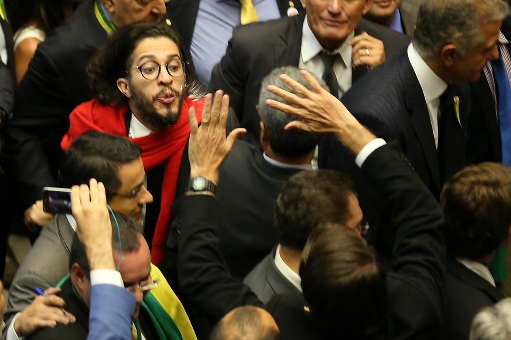 Perícia refuta tese de que cuspe de Jean Wyllys em Bolsonaro foi premeditado Diego Vara/Agencia RBS