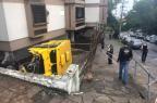 Após acidente, carro-forte tomba e cai em condomínio em Porto Alegre Felipe Daroit/Agencia RBS