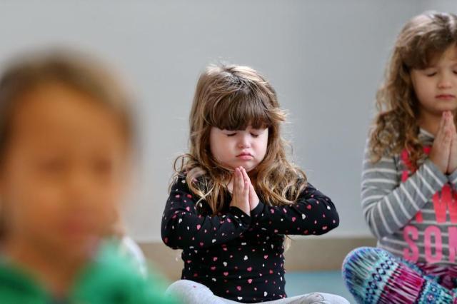 Ioga ajuda crianças a desenvolver consciência corporal e autoconhecimento Júlio Cordeiro/Agencia RBS
