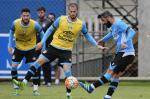 Ainda sem Giuliano no treino, direção do Grêmio tem reunião na beira do campo