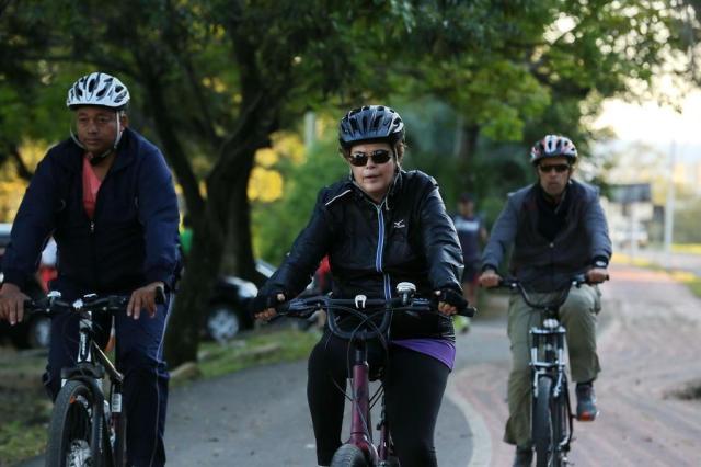 Dilma anda de bicicleta na orla do Guaíba, em Porto Alegre Tadeu Vilani/Agencia RBS
