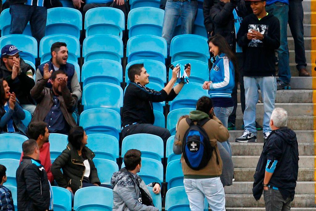 """Gremista pede namorada em casamento na Arena: """"Uni minhas duas paixões, ela e o Grêmio"""" Lucas Uebel / Divulgação Grêmio/Divulgação Grêmio"""