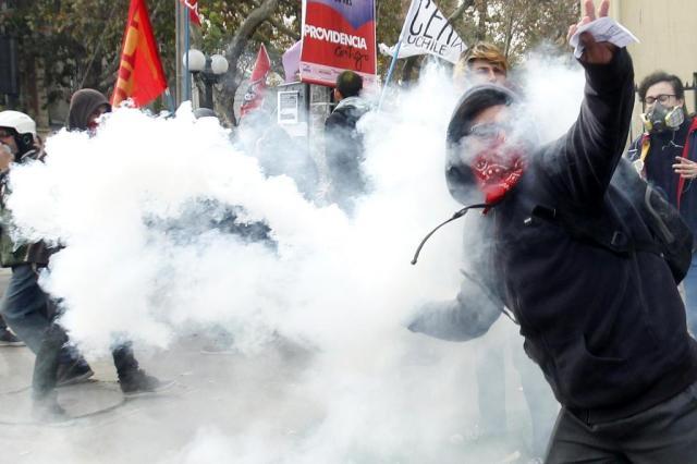 Confrontos entre policiais e estudantes terminam com mais de cem presos no Chile CLAUDIO REYES/AFP