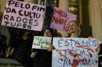 Centenas de mulheres fazem protesto no Centro do Rio contra o estupro