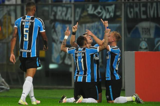 Grêmio vence o Coritiba na Arena e assume a liderança do Brasileirão Lauro Alves/Agencia RBS