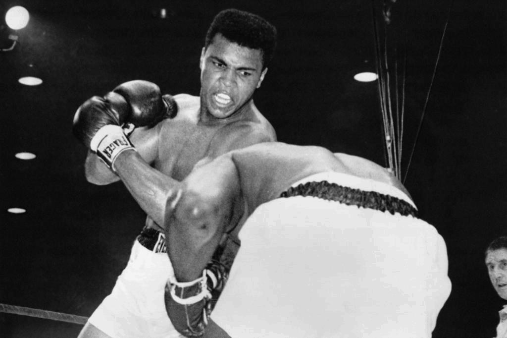 Com problemas respiratórios, Muhammad Ali é hospitalizado Photo by Central Press/Getty Images